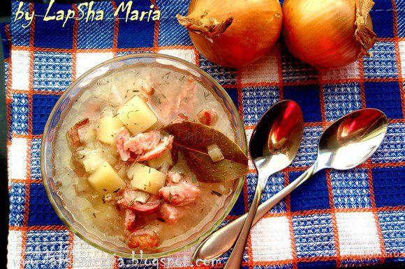Суп варить 40 минут. Затем достать кости, срезать с них мясо и снова отправить в суп, прогреть все вместе пару минут.