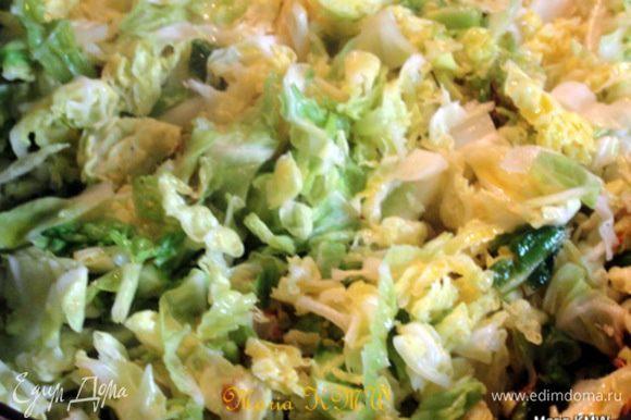 Капусту порезать, потушить в небольшом количестве оливкового масла. Вяленые томаты мелко нарезать, грибы и томаты добавить к капусте. Влить соевый соус, приправить красной паприкой, черным перцем, возможно посолить.