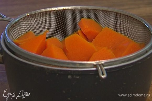 Слить получившийся тыквенный отвар в отдельную посуду.