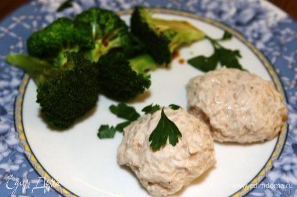 Готовое блюдо приправить оливковым маслом, сбрызнуть соевым соусом и украсить измельченной зеленью.