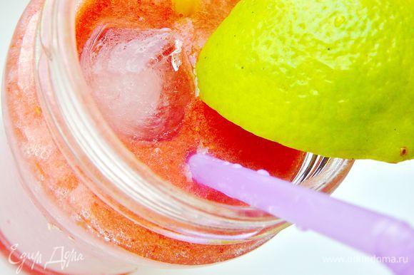 Добавить в микс клубники и огурца сок лайма и оставшуюся газировку. Разлить по стаканам, добавить лед.