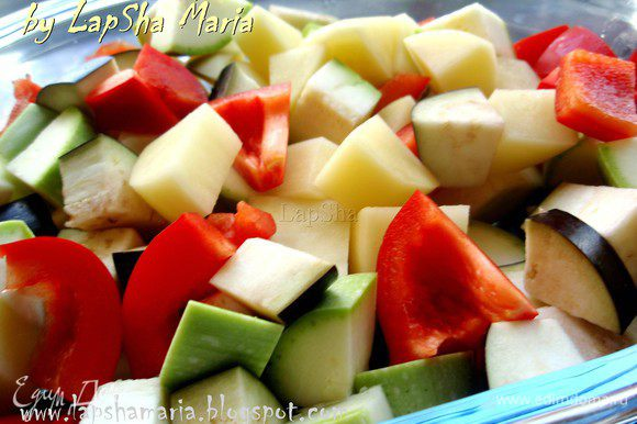 Все овощи помыть, картофель почистить (можно и кабачок, я не стала). Нарежем перец, баклажан и картофель на примерно равные квадратики 2Х2см. Кабачок нужно нарезать тоньше, иначе не успеет пропечься.