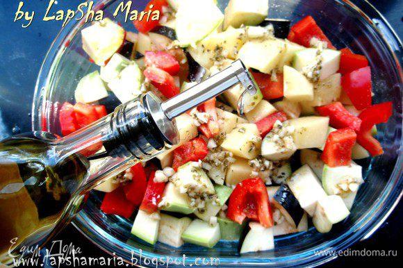 Выкладываем оливково-чесночную смесь на овощи, солим (не очень сильно, т.к. потом добавляем соленную фету) и перемешиваем их. Сверху можно ещё сбрызнуть маслом. Греки его никогда не жалеют и кладут очень много! Ставим в духовку на 20 минут при 200С
