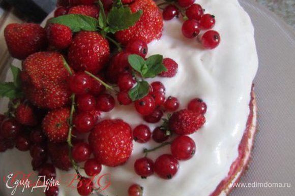 Украсить ягодами и мятой.