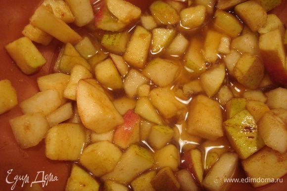 мелко режем яблоки и груши, смешиваем их с сахаром и корицей, даем немного настояться. от фруктов должно остаться немного сока