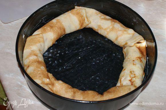 Форму для выпекания хорошо смазать сливочным или растительным маслом. Выкладывать рулетики из блинов от края формы к середине.