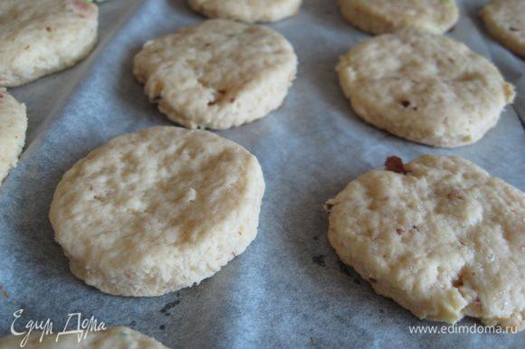 Вынуть печенье из духовки.