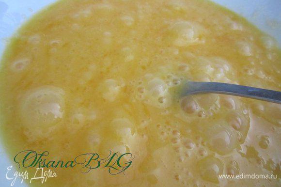 Яйца, желтки перемешать с оставшимся сахаром (если вы готовите не сладкие пончики, сахар нужно уменьшить до 50 г).