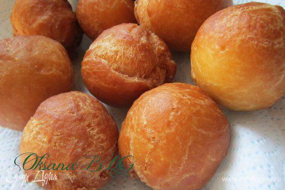 Выложить готовые пончики на бумажное полотенце, чтобы убрать лишний жир.