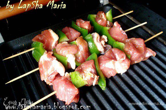 На мангал или сильно разогретую сковороду гриль выкладываем шпажки (шампура). Периодически переворачивая готовим до готовности, иногда можно прижимать к сковороде лопаткой.