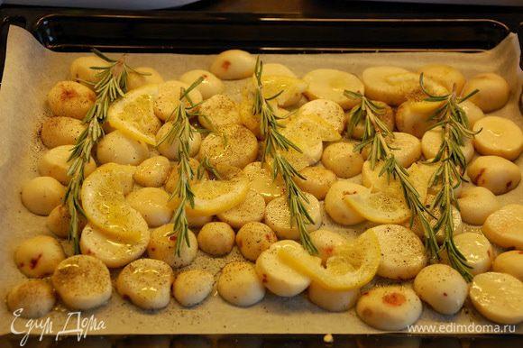 В это время очистить картошку. Порезать колечками где-то 0,5 см толщиной. Порезать колечками оставшуюся 1/2 лимона. Противень застелить пергаментом. Смазать каплей оливкового масла весь лист. Разложить картошку. Сверху на картошку произвольно выложить кольца лимона и веточки розмарина. Присыпать солью, перцем и взбрызгнуть оливковым маслом. На эту всю красоту выкладываем рёбра в маринаде. Если в мисочке остался маринад - доложить сверху на рёбра и распределить. Отправляем в духовку на средний уровень 25-30 мин.