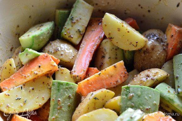 В большой чашке хорошо перемешиваем овощи с заправкой.