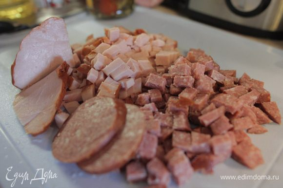 Кубиками нарезать заготовленное для солянки мясо.