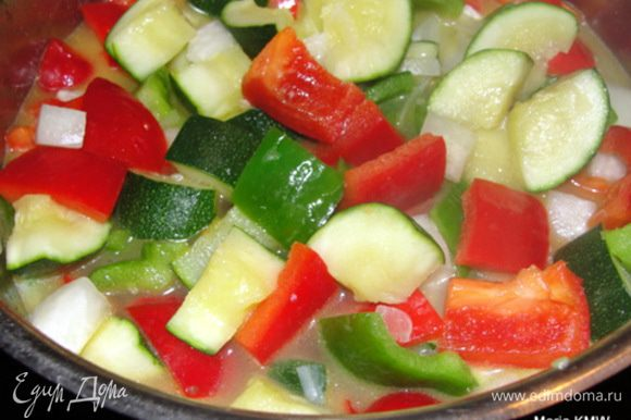После добавить болгарский перец и потушить все вместе 5-8 минут. Долить воды или овощного бульона, если требуется.