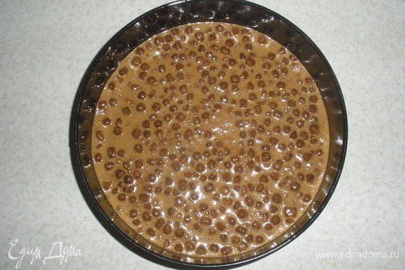 Жидкие ингредиенты вылить в сухие и хорошо, но аккуратно, перемешать. Выложить тесто в смазанную разъемнную форму и выпекать 25-30 минут. Дать коржу остыть и разрезать на 2 части