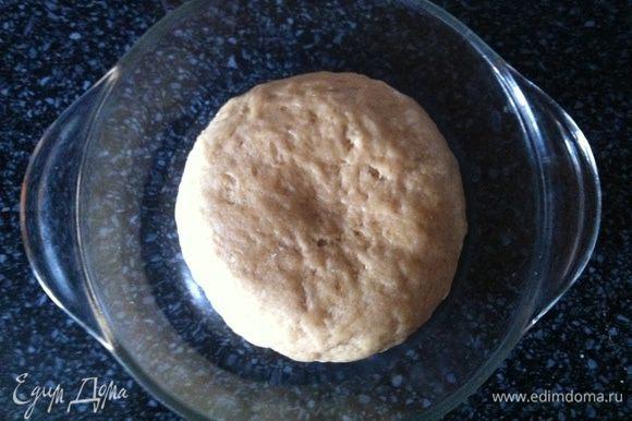 Смешать муку, дрожжи, соль сахар в миске. В пиале взбить вилкой яйцо с водой и оливковым маслом. Смешать сухие ингредиенты с жидкими и вымесить эластичное тесто. Оставить подходить на 1 час, пока тесто не увеличится вдвое