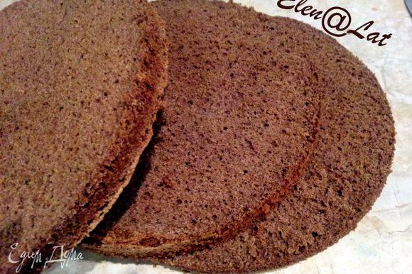 Итак, замесили шоколадное тесто и в духовку. После того как он испечется,дать остыть и разрезать на три коржа.