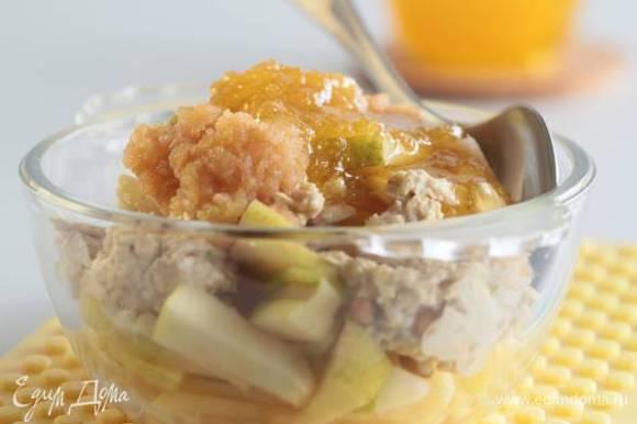 Добавить овсяную массу, порезанную грушу, кленовый сироп и йогурт и еще раз все перемешать.