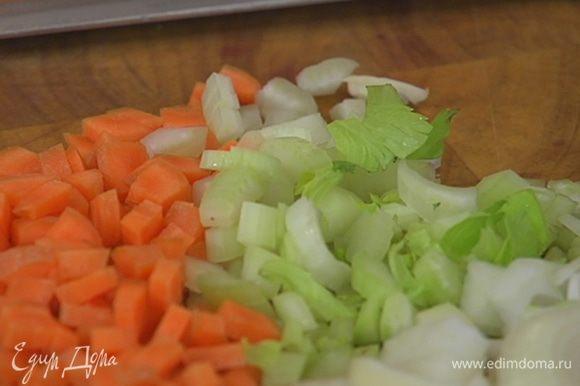 Лук, морковь, сельдерей и батат почистить и мелко порубить.