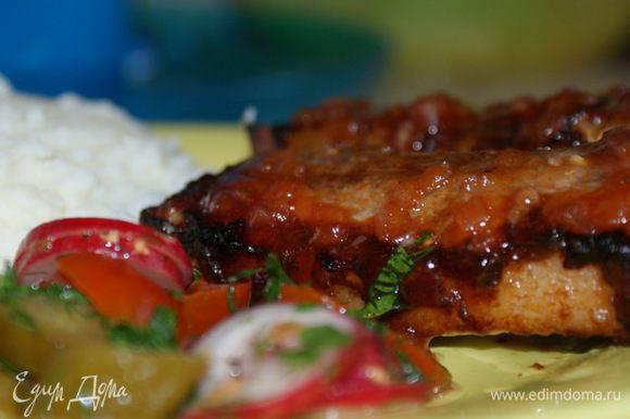 Обжарить грудинку на гриле с 2-х сторон до готовности, перед употреблением смазать глазурью. Приятного аппетита!