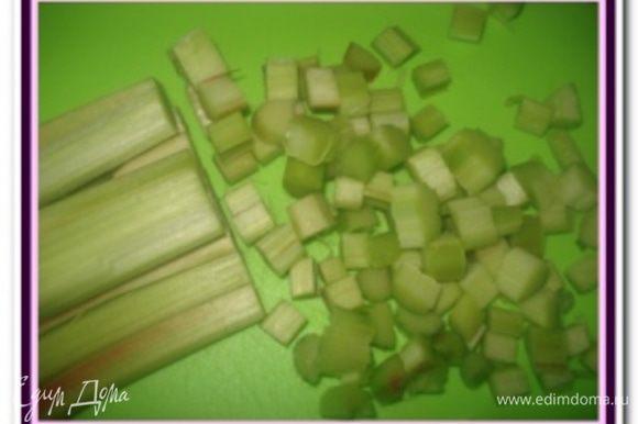 Ревень и яблоки промыть и очистить от кожуры и нарезать кубиками.