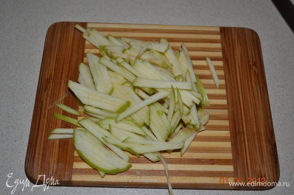 Яблоко тоже нарезаем соломкой в последнюю очередь и полить немного соком лимона.