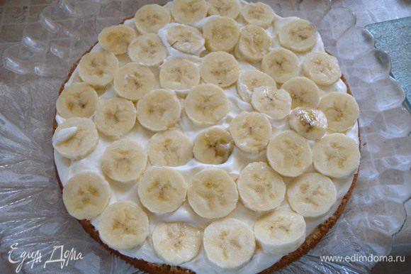 Порезать банан и выложить на крем