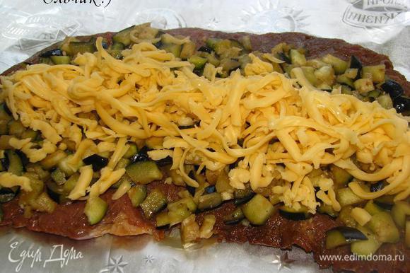 Замаринованный кусочек говядины укладываем на смазанную каплей оливкового масла фольгу, свсерху размещаем порезанный кубиком баклажан и тертый сыр.