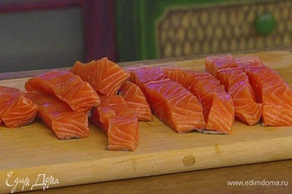 Рыбу нарезать на брусочки длиной 10 см и шириной 2–3 см.
