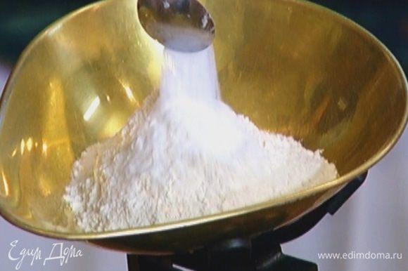 Всыпать муку, вымешать, затем добавить разрыхлитель, корицу и соль и снова перемешать — тесто должно получиться довольно крутым.