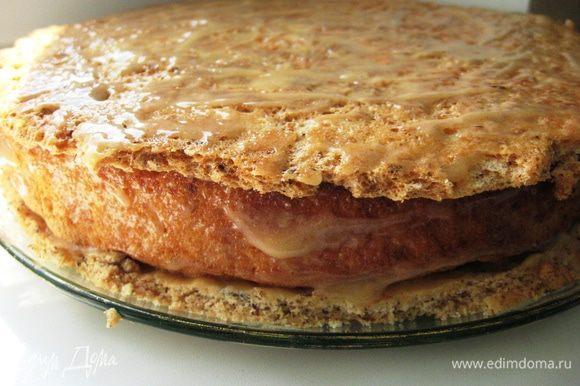 Смазываем кремом. Кладем корж безе. Тонкий слой крема. Обмазываем кремом бока торта.