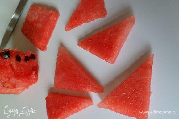 мякоть арбуза (без косточек) порезать на треугольники.