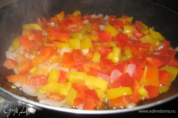 Промываем рыбку, солим, перчим внутри и снаружи, сбрызгиваем лимоном и отставляем. Отдельно на растительном масле жарим лук, болгарский перчик, разных цветов, солим, перчим, сбрызгиваем лимоном и в конце добавляем петрушку. Начинка готова.
