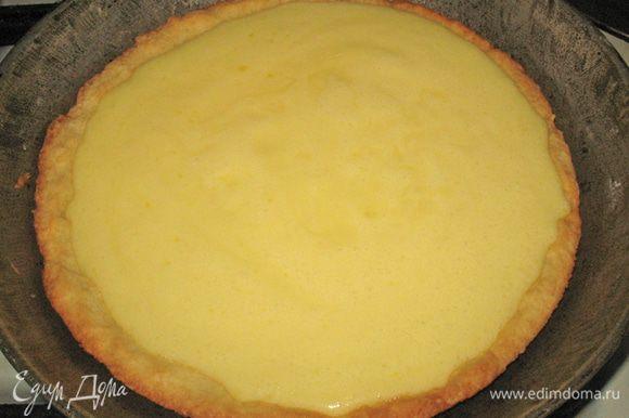 Вылить яично-сливочную смесь на корж. По поверхности смеси разложить ягоды.