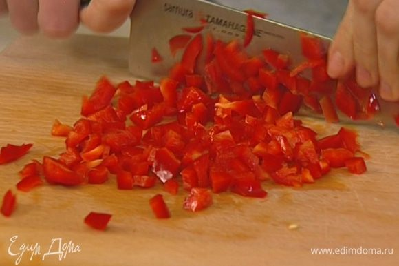 Сладкий перец нарезать очень мелко и соединить с авокадо.