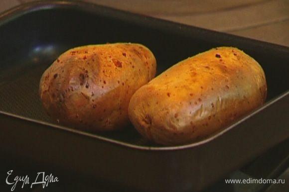 Готовый картофель слегка остудить, чтобы можно было держать руками.