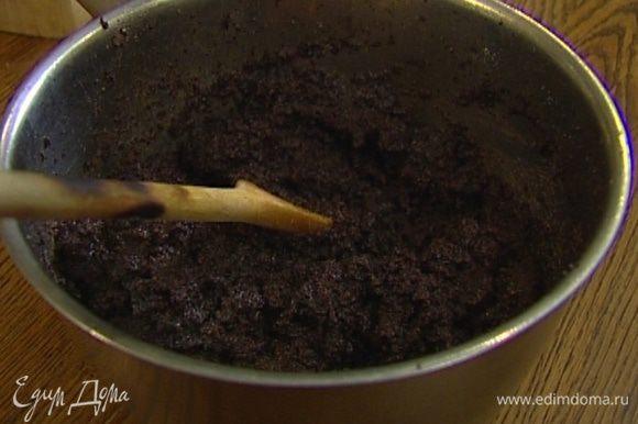 Добавить к маку измельченный миндаль, оставшийся сахар и сливочное масло, лимонную цедру и мед, все перемешать.