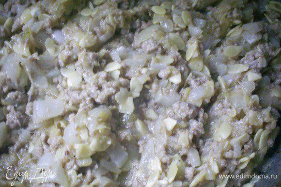 Солим и перчим по вкусу. Жарим на сковороде с открытой крышкой до испарения жидкости.