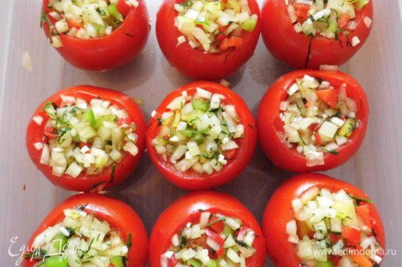 Помидоры нафаршировать перцово-чесночной смесью, уплотнить её и помидоры поставить в дозу (т.к. в процессе соления из них будет выделяться сок). Прикрыть крышкой и оставить дозу на сутки при комнатной температуре, а затем закрыть крышкой и убрать в холодильник.