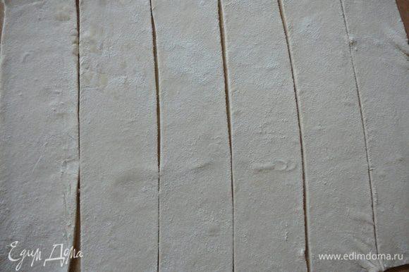 Нарезать на одинаковые полосы, шириной около 5 см.