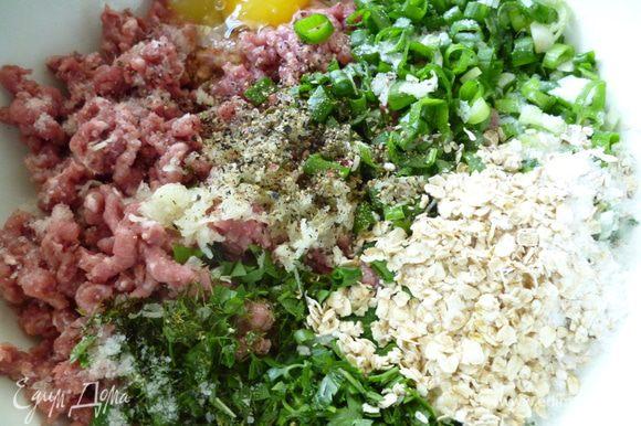 Сначала приготовим фарш для фрикаделек:к мясному фаршу добавить натертый на мелкой терке чеснок,мелко нарезанную зелень и лук,хлопья,сливки,яйцо,посолить и поперчить.Хорошо перемешать и слегка отбить,закрыть крышкой и поставить в холодильник.