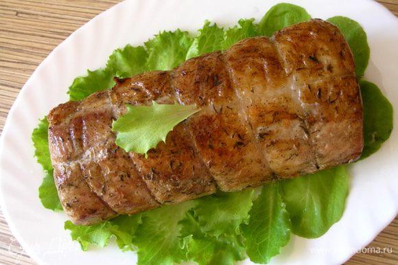 готовить в духовке при 200*С около часа. Затем удалить нитки и подавать на листьях салата.