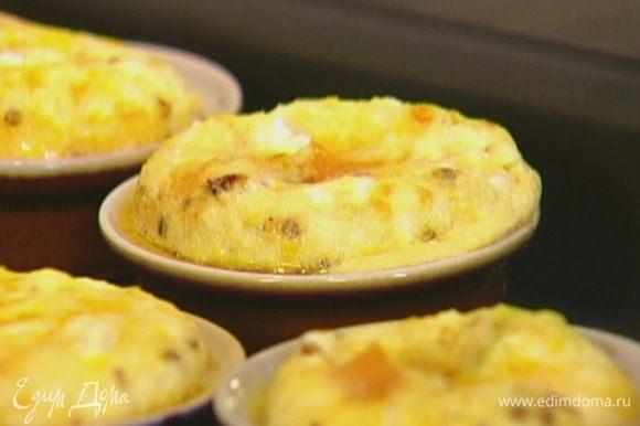 Небольшие формочки смазать оставшимся оливковым маслом, выложить в них сладкий картофель с пореем, залить яичной массой и запекать в разогретой духовке 10–15 минут.