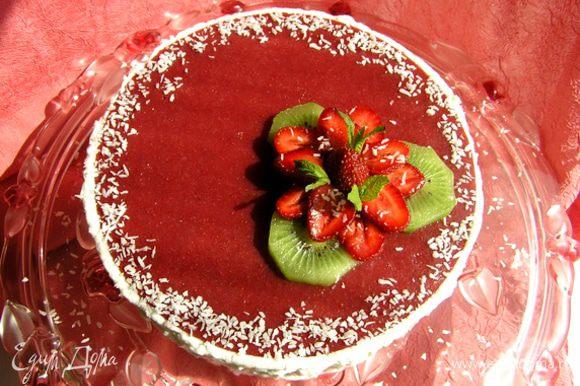 Посыпать кокосовой стружкой. И вот он готов, шикарный баварский торт, ммм... :)