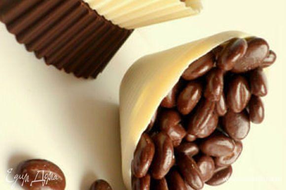 Шоколадные корзинки думаю уже все знают как делать. Наносим кисточкой шоколад, обмазывая формочки желательно толстым слоем (лучше силиконовые) в 2 этапа или 3. После каждого отправляем в холод для застывания.
