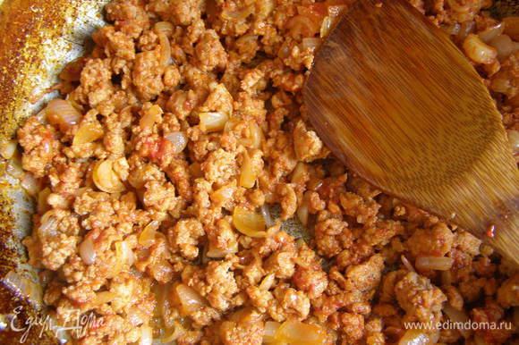 Лук обжарить на сковороде, добавить фарш, посолить, поперчить, ввести томатную пасту.