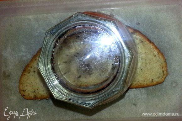 Берём самый широкий стакан и ставим на середину ломтика хлеба.