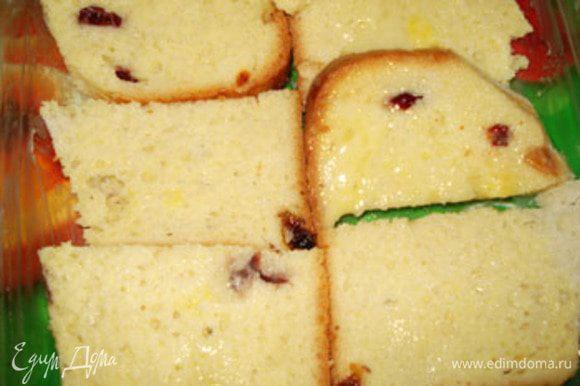 Яйца разболтать с молоком. Хлеб обмакните в эту смесь и уложите в форму, смазанную маслом.