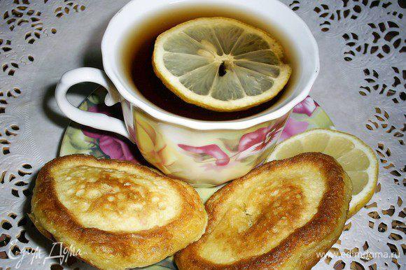 Ваши старания вознаграждены. Можем насладиться чаем с вкуснейшими оладушками. Зовите домочадцев и приятного аппетита!