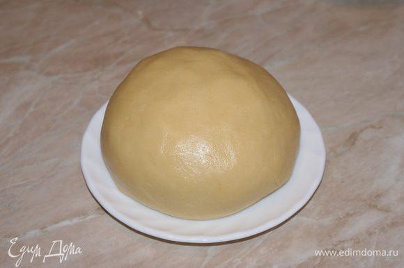 Добавить ванилин, муку и разрыхлитель. Замесить тесто, тесто не должно быть густым и не должно липнуть к рукам.